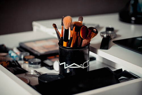 11 beauty hacks: Makeup brush holder