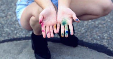 Does food coloring stain skin?