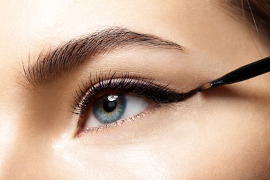 6 beauty hacks - Putting Perfect Eyeliner